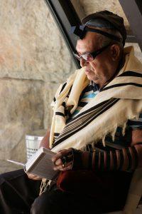 אדם מתפלל עם תפילין